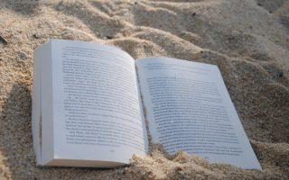 Uppslagen bok på en strand
