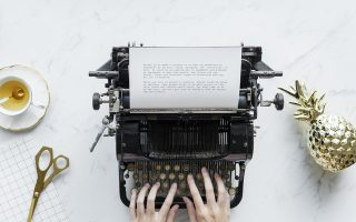 Skriver med en skrivmaskin