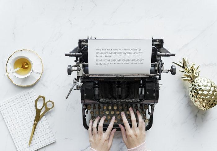 Händer på gammal skrivmaskin
